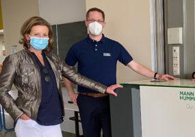 Stefanie Knecht informiert sich über das Angebot moderner Luftfilter